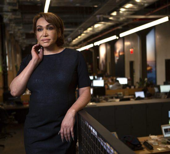 Femme trans en habit corporatif dans un bureau